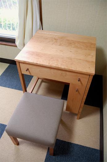 Dresser / Stool